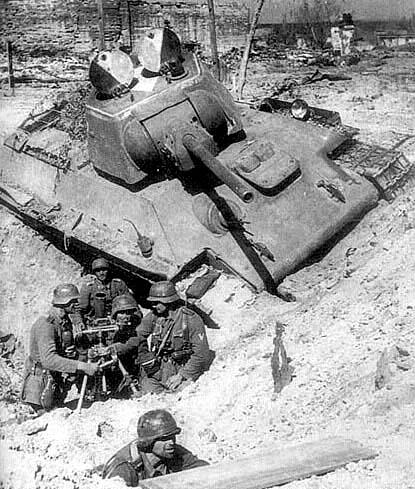 Сталинград. Миномет фашистов у разбитого Т-34. Фото с сайта users.pandora.be/stalingrad/