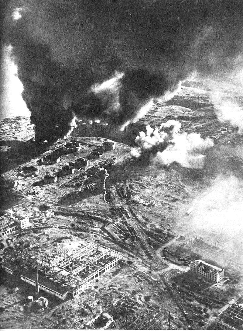 Сталинград. Горит нефть, стекающая в Волгу