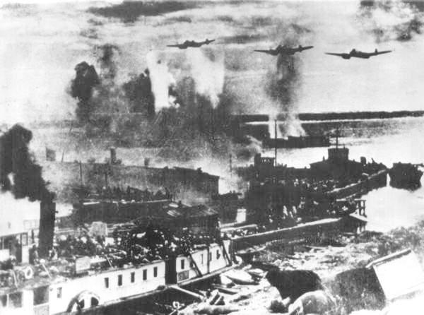 Сталинград. Бомбят переправу через Волгу. Фото с сайта users.pandora.be/stalingrad/
